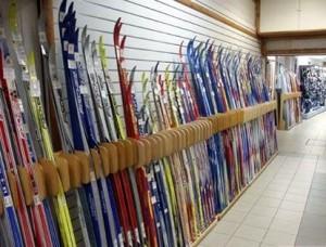 лыжи в магазине