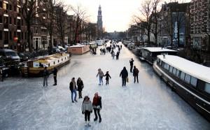 замёрзший канал Принсенграхт в Амстердаме
